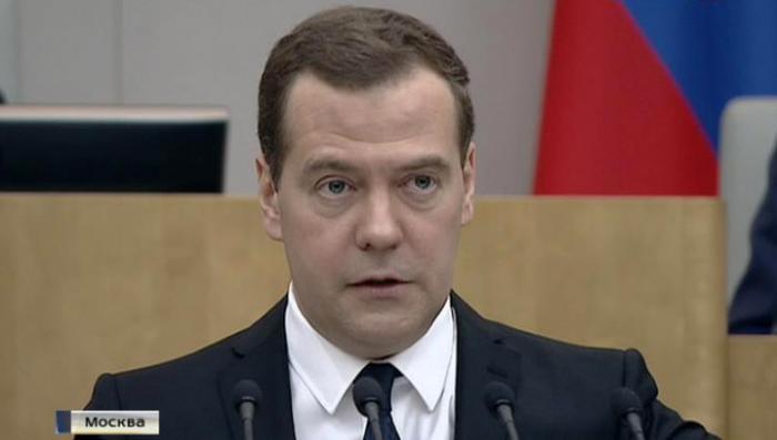 Медведев предлагает поднять пенсионный возраст депутатам и министрам