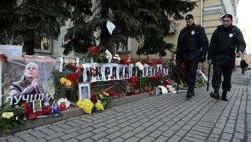 Цветы и свечи у посольства Украины в Москве в память об убитом в Киеве журналисте О.Бузине. Архивное фото
