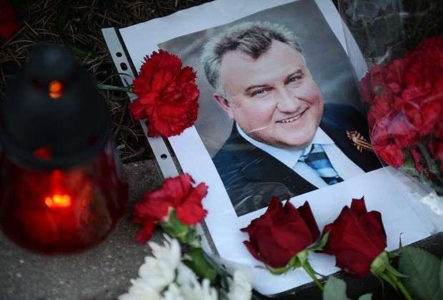 Цветы и свечи у посольства Украины в Москве в память об убитом экс-депутате Партии регионов Олеге Калашникове