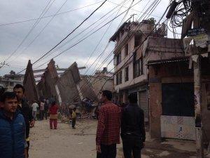 Число жертв мощного землетрясения в Непале превысило 1500 человек