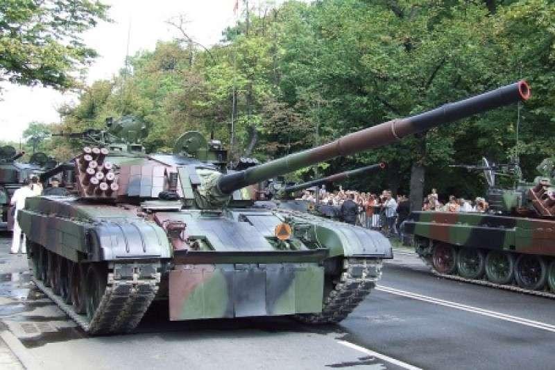 Польша начала поставки для укро-карателей танков Т-72