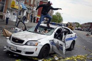 Массовые беспорядки в Балтиморе: город разграблен, 15 полицейских ранены, десятки граждан задержаны