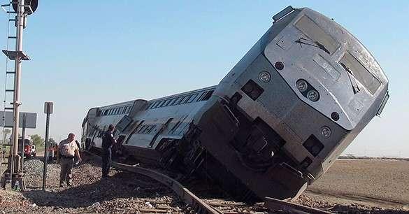 В США ураганный ветер сдул поезд с моста. ВИДЕО. поезд, железная дорога, крушение