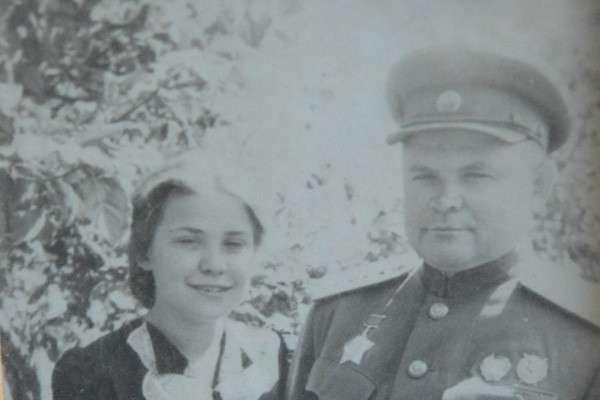 Генерал Армии Николай Федорович Ватутин и его дочь Елена, которая сейчас живет в Праге. Фото: Из личного архива