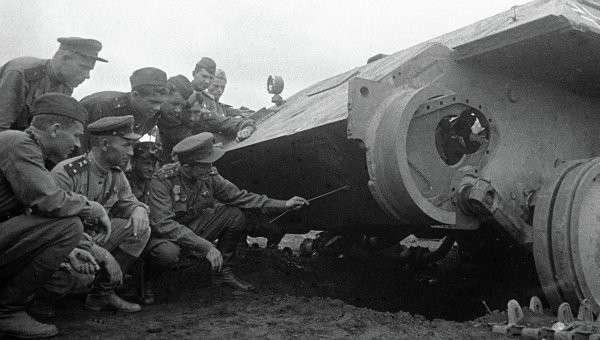 Офицеры-артиллеристы изучают уязвимые места подбитого немецкого танка Пантера