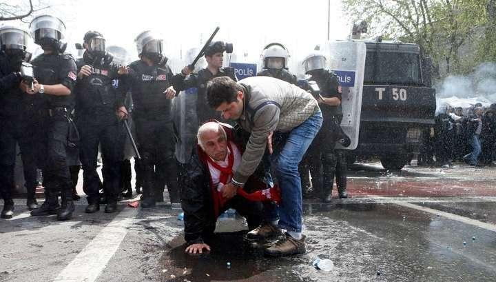 В Стамбуле Первомай праздновали с водомётами