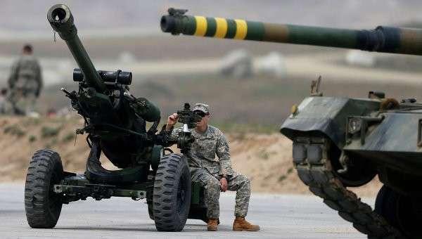 Американский военный сидит на пушке во время совместных учений вооруженных сил Южной Кореи и США