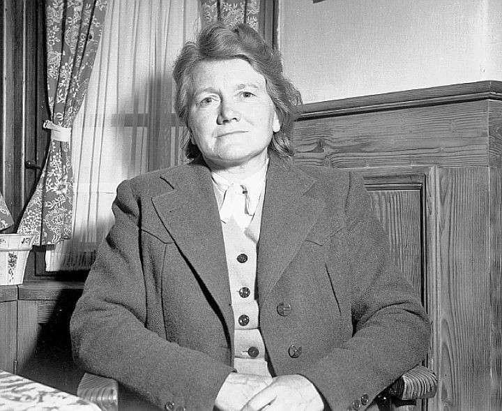 Младшая сестра Гитлера Паула  (такой ее запечатлел объектив 28 мая 1945 г., когда женщина оказалась в плену у американцев) получила права на две трети земли под замком в Берхтесгадене. Но после ее смерти в начале 60-х других претендентов на наследство фюр