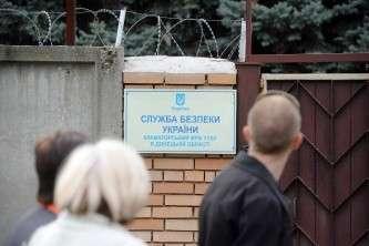 В Краматорске Донецкой области сторонники федерализации взяли под контроль здание городского управления Службы безопасности Украины. На фото: митинг у заблокированного здания СБУ