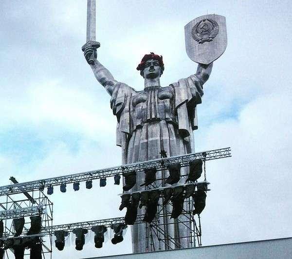 На голову Родине-матери в Киеве надели маковый венок