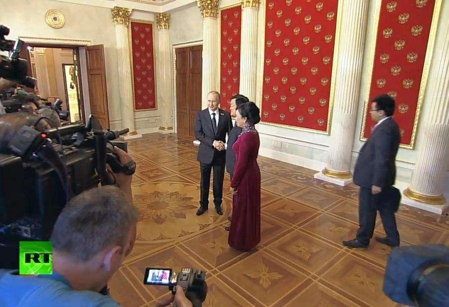 Владимир Путин встречает глав делегаций и почётных гостей в Кремле - прямая трансляция