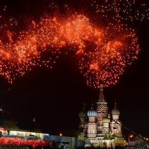Вечером небо над Москвой озарилось залпами праздничного салюта