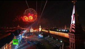 Праздничный салют в десятках городов России
