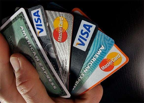 СМИ: Россияне массово отказываются от кредиток. Россияне отказываются от кредитных карт