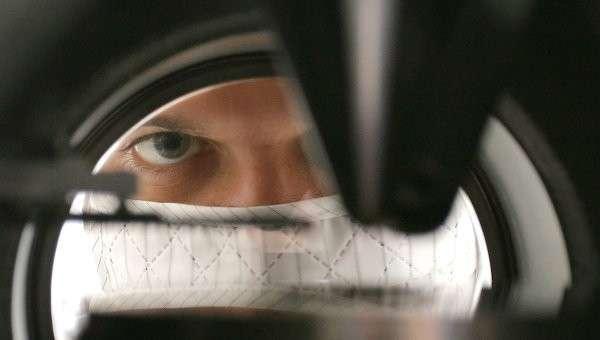 Физик-экспериментатор за работой. Архивное фото