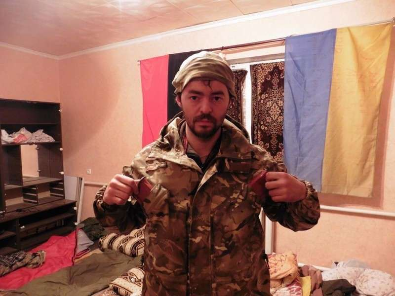 Укро-нацист выложил фото пыток ополченца. Зверьё веселится в коментах (18+)