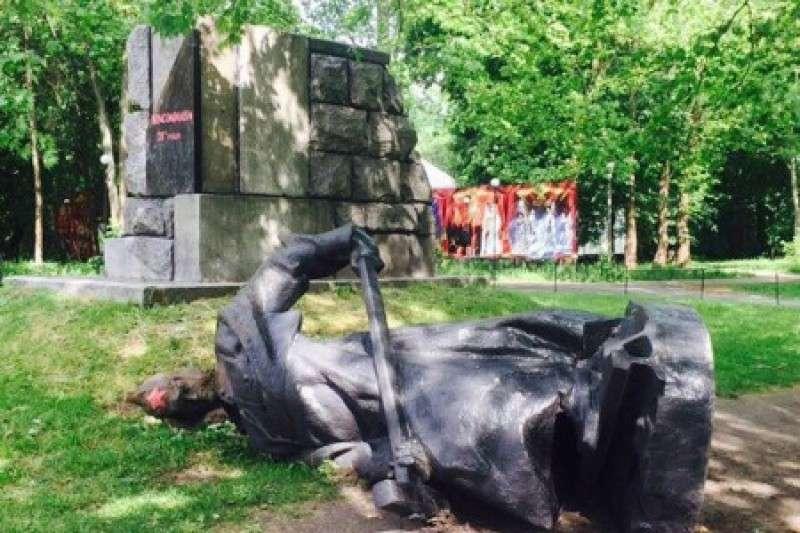 В Киеве памятники героям заменили скульптурой муравья с денежкой в лапке