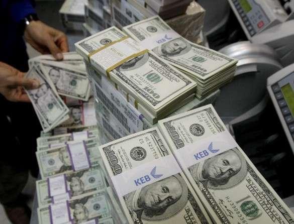 Банкам разрешили блокировать любые операции подозрительных клиентов. пачки долларов