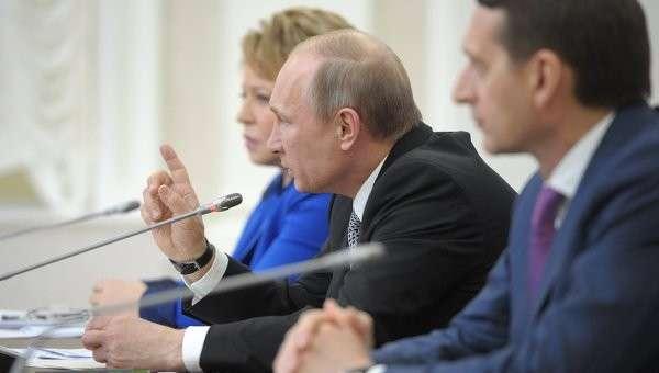 Президент РФ Владимир Путин во время встречи в Петрозаводске