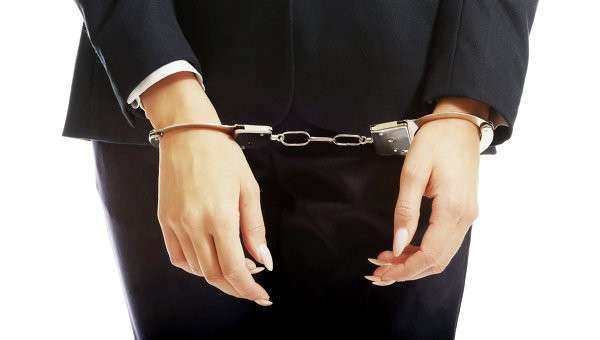 Женщина в наручниках, архивное фото
