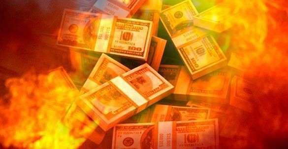 Киев подготовился к крупнейшему в мире дефолту. горящие доллары