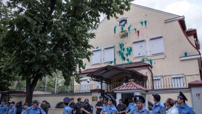 Озверевшие вандалы с остервенением громили генконсульство России в Харькове