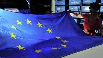 Женщина держит флаг Евросоюза