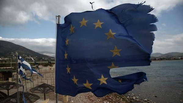 Порванные ветром флаги ЕС и Греции в Афинах, архивное фото
