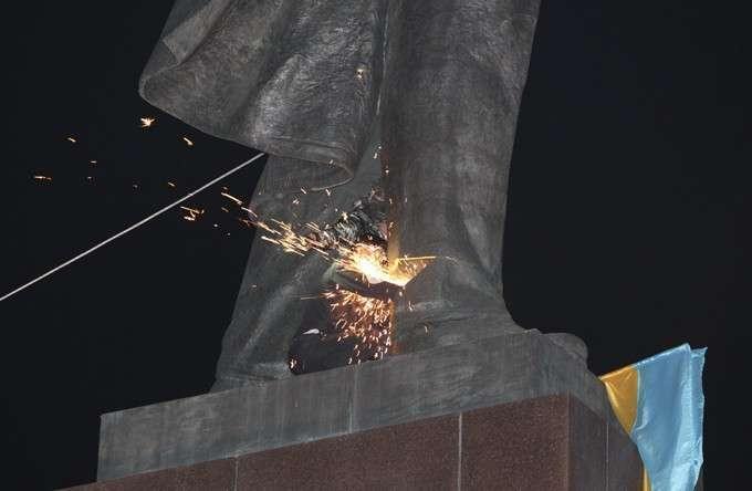 У памятника Ленину под Харьковом отбили голову и плечи. Снос памятника