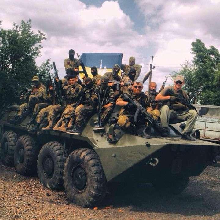 Боевики из батальона «Торнадо» с флагом ИГИЛ