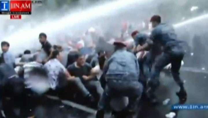 Протесты в Ереване: 16 раненых и более 200 задержанных
