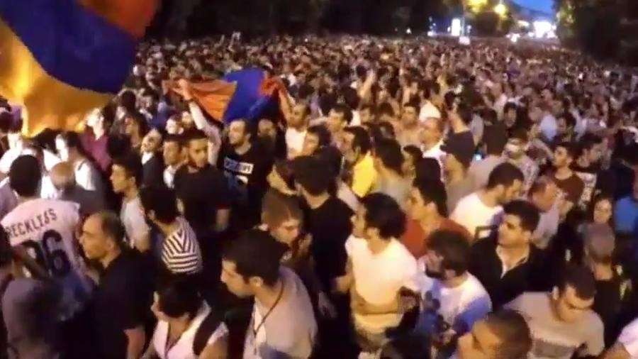 В Ереване возобновились безпорядки — прямая трансляция
