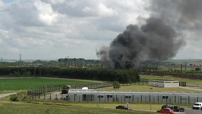 Во Франции бастующие портовики подожгли Евротоннель и заблокировали порт Кале