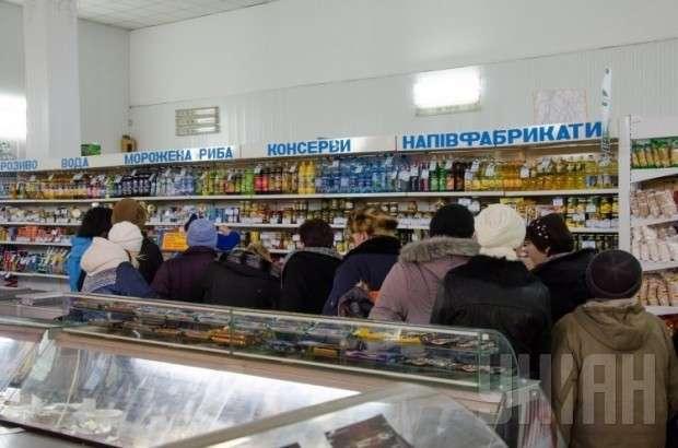 Киевляне запасаются продуктами и опустошают полки в магазинах