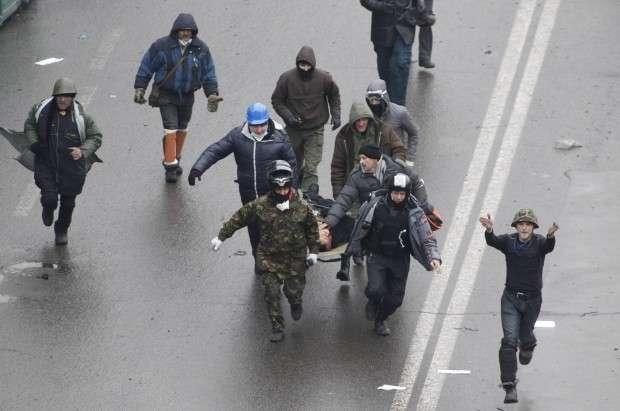 Активисты начали наступление, есть раненые / REUTERS