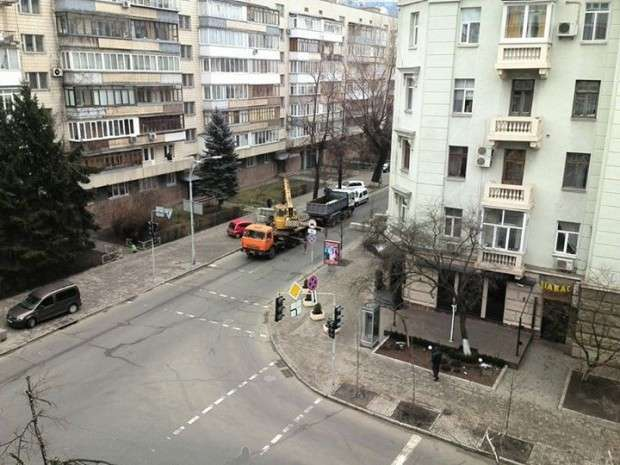Бетонные блоки на углу Шелковичной и Лютеранской / ФБ Илья Власюк