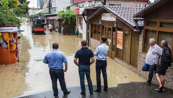 В Сочи спасатели откачивают воду из подтопленных домов