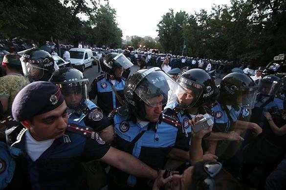 У протестующих в Ереване в руках появилось постейшее оружие. 322700.jpeg