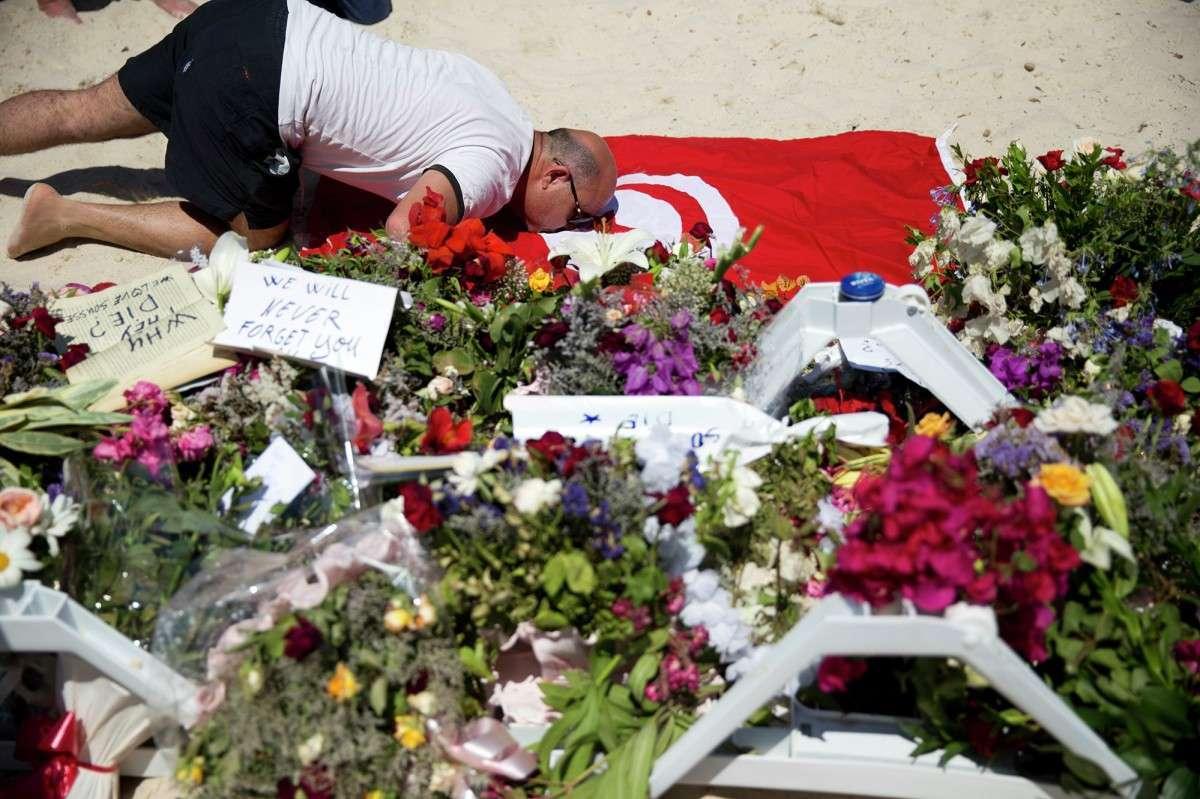Тунис ожидает потери $515 млн. за год в сфере туризма из-за теракта