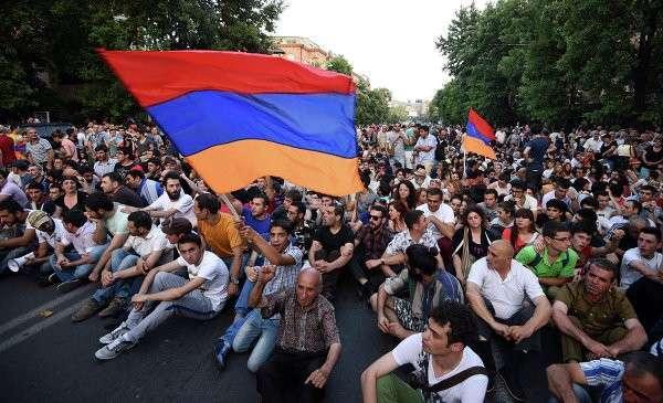 Протестующие в Ереване начали организовываться