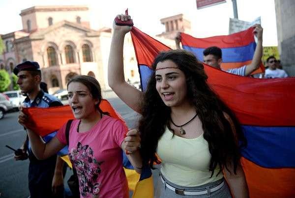 Около 30 протестующих в Ереване не расходятся и делают уборку