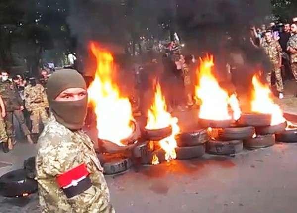 Бандиты из «Айдара» и «Торнадо» жгут автопокрышки в центре Киева