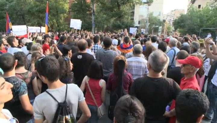 В центре Еревана митингуют несколько сотен человек
