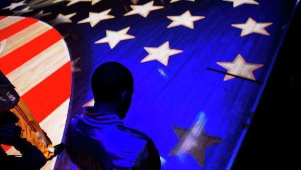 Человек на фоне американского флага. Архивное фото