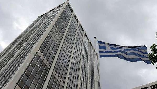 Греческий флаг у офисного здания в Афинах. Архивное фото