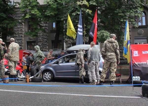 «Право-еврейский сектор» поставил палатки в центре Киева
