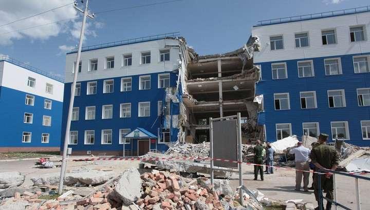 Причины обрушения казармы под Омском начали искать в Москве