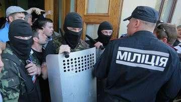 Сотрудники милиции и сторонники федерализации Украины. Архивное фото