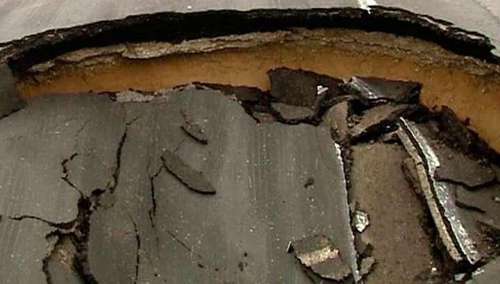 На МКАД в районе Химок машины провалились в яму