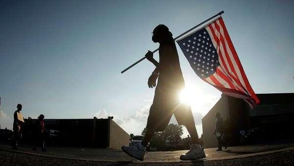 Человек с перевернутым американским флагом. Архивное фото